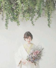 白無垢も色つき掛下を組み合わせるととってもおしゃれになります!ナチュラルな雰囲気にしたかった花嫁さんは黄緑をチョイス☝ブルーやピンクと合わせてもいいですね♡ Japanese Wedding, Japanese Modern, Wedding Kimono, Wedding Dresses, Traditional Wedding Attire, Japanese Hairstyle, Japanese Outfits, Flower Arrangements, Wedding Hairstyles