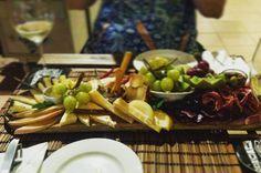 Mais um dos melhores momentos de Portugal:  Tábua de queijos embutidos e frutas.  Claro acompanhada de uma taça de vinho verde. . . . #vinho #queijo #portugal #primal #lowcarb #lchf #cetogenica #keto #atkins #dieta #emagrecer #vidalowcarb #paleobr #comidadeverdade #saude #fit #fitness #senhortanquinho #ji #jejumintermitente #estilodevida #lowcarbdieta #menoscarboidratos #baixocarbo #dietalchf #lchbrasil #dietalowcarb