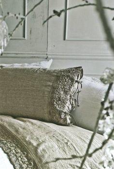 Shabby chic et magnifiques ces draps anciens en lin à mélanger avec une déco moderne et épurée.