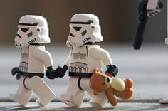 Lego Star Wars - Stormtroppers and Teddy Bear Lego Stormtrooper, Lego Star Wars, Lego People, Nerd, Lego Worlds, Lego Photography, Humor Grafico, Star Wars Humor, Love Stars