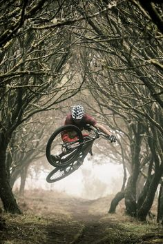 Photo of David Cachon in Funchal, Portugal. Face the Elements, Madeira's Finest. Downhill Bike, Mtb Bike, Cycling Bikes, Cycling Art, Cycling Jerseys, Mountain Biking, Best Mtb, Montain Bike, Bicycle Tattoo