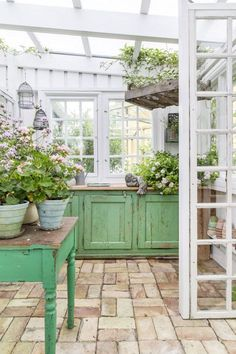 A small house in the garden - PLANETE DECO a homes world - M. la romantique - A small house in the garden – PLANETE DECO a homes world – M. Greenhouse Shed, Greenhouse Gardening, Greenhouse Wedding, Simple Greenhouse, Window Greenhouse, Portable Greenhouse, Balcony Gardening, Garden Planters, Garden Wedding