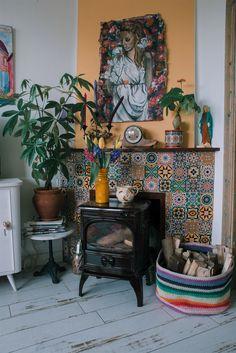 In de woning van Ella wordt veel aandacht wordt besteed aan het bohemian interieur. De basis in het huis is wit en dit wordt aangevuld met kleurrijke eyecatchers en hier en daar een vrolijk behangetje. | Foto: Sheena Schouwink | #huis #woning #wooninspiratie #woonideeën #interieur #binnenstebuiten #npo2 #kleurrijk #bohemian #vrolijk #geel #kachel #houtkachel 18th, Painting, Home, Painting Art, Paintings, Paint, Draw