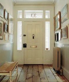 Bekijk de foto van Ietje met als titel Witte voordeur in lichte hal. Door zowel de voordeur, de raamkozijnen en de rest van de hal wit te houden, ontstaat er een hele lichte hal. prachtig met de houten vloer!  en andere inspirerende plaatjes op Welke.nl.