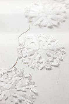 Doily snowflake garland diy (smb: Another wonderful use for paper doilies. Diy Christmas Garland, Snowflake Garland, Paper Snowflakes, Diy Garland, Noel Christmas, All Things Christmas, Winter Christmas, Christmas Decorations, Snowflake Decorations