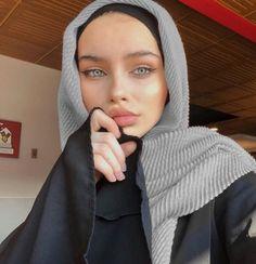 give me an offer i cant refuse Beautiful Muslim Women, Beautiful Hijab, Arab Fashion, Muslim Fashion, Casual Hijab Outfit, Boho Outfits, Hijab Fashionista, Hijab Fashion Inspiration, Stylish Girl Pic