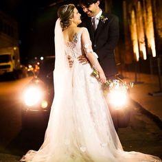 Vestido de noiva com decote nas costas e aplicação de renda