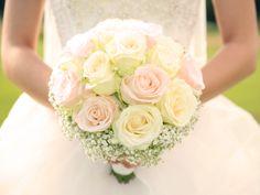Traditionell übernimmt die Wahl des Brautstraußes der Bräutigam. Die moderne Frau aber mischt sich gerne ein: Ihre Lieblingsblumen müssen in den Brautstrauß. Denn dieser gehört genauso zu der Grundausstattung einer jeden Braut wie das Brautkleid. Aber Brautstrauß ist nicht gleich Brautstrauß. Wir stehen Ihnen mit unseren Tipps und Ideen bei der Wahl des perfekten Brautstraußes zur Seite. http://www.fuersie.de/diy/hochzeit/artikel/der-perfekte-brautstrauss-ideen-und-tipps