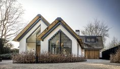 The thatched roof and black shutters make this villa in Laren extremely charming Garden Architecture, Modern Architecture, Style At Home, Barn Renovation, Thatched Roof, Mansions Homes, Modern Barn, Scandinavian Home, Home Fashion