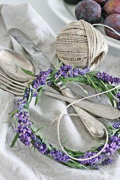 Klart alt skal benyttes før vinteren setter sitt preg på hagen,derfor måtte de siste lavendelblomstene nytes- i en liten krans:) E...