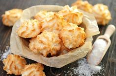 Coconut macaroons with sugar and coconut flakes - recipe with picture - Coconut macaroons – recipe - Coconut Recipes, Baking Recipes, Snack Recipes, Snacks, Delicious Cake Recipes, Yummy Cakes, Low Carb Köstlichkeiten, Flake Recipes, German Baking
