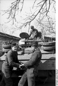 https://flic.kr/p/qaz5zx   1943 France, Des soldats allemands lancent le moteur d'un Sturmgeschütz III   Bild 101I-298-1771-10