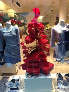 Holiday retail display; Red ribbon Christmas tree; Vetrina Natale Incanto
