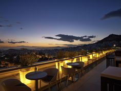 Great places to enjoy a coffee or an evening out in the Greek capital are the many roof garden bars in Athens, scattered around the city. Athens Nightlife, Athens Restaurants, Design Commercial, Best Rooftop Bars, Sky Bar, Rooftop Restaurant, Athens Greece, Mykonos Greece, Crete Greece