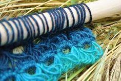 Bezemsteel haken is even iets nieuws, bij Knitted knots een bezemsteel en een knot wol met uitleg