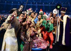Miley Cyrus tira selfie no VMA 2015