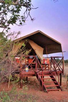 Kwafubesi Tented Safari Camp bied tentkampe wat afgesonder en weggesteek op die boomgrens van die manjifieke Mvubu-vlaktes in die 12000-hektaar Mabula Privaat Wildreservaat in Waterberg. Die 5 luukse en suite-tente is ruim met sagte afwerkings en sterk Afrika-kleure. Die tente staan op verhewe platforms vir maksimum privaatheid ten alle tye. Tent Platform, Glamping, Cabin, House Styles, Travel, Go Glamping, Cabins, Cottage, Wooden Houses
