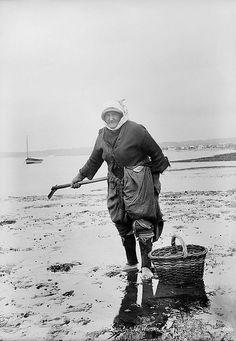 Cockle woman, Exmouth, Devon circa 1906