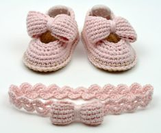 Baby Shoes with Bows Crochet Pattern -matching headband - Instructions for 3 Siz. Baby Shoes with Bows Crochet Pattern -matching headband - Instructions for 3 Sizes -Easy Beginner Crochet Pattern PDF Baby Knitting Patterns, Easy Beginner Crochet Patterns, Crochet Basics, Crochet For Beginners, Baby Patterns, Doll Patterns, Free Knitting, Crochet Stitches, Booties Crochet