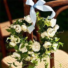 Não só na mesa     A ideia é sucesso garantido em almoços de batizado, de primeira comunhão ou em casamentos: o arranjo vai para a mesa, mas também para o encosto das cadeiras. Para o visual não ficar exagerado, opte por guirlandas pequenas, delicadas e com poucos detalhes, como a criada por Maristella Nicolosi, que combina rosas bouquet brancas com folhagem smailaik. Pena que, sem água, elas duram pouco. A saída, nesse caso, seriam flores artificiais.