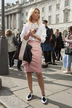 Gonna rosa tubolare e camicia bianca: un look molto femminile che però viene accessoriato con un paio di stringate bicolori maschili. E' un contrasto che ci piace molto. La pelle richiama al power dressing! Per le managers anticonformiste!  -cosmopolitan.it