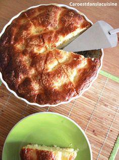 Il y a toujours des recettes qui restent des classiques, en voici un bel exemple : la tarte au sucre ! Il s'agit d'une pâte briochée grossièrement étalée dans laquelle on creuse des trous pour y déposer de la crème épaisse mélangée avec du sucre. On saupoudre ensuite le tout de vergeoise, on y verse un mélange de crème et d'œuf battu et voilà.
