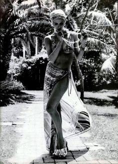 L'Officiel Magazine 1970 Photo by Michael Picard 1977 Fashion, Fashion Photo, Retro Fashion, Runway Fashion, Fashion Beauty, Halston Vintage, Vintage Ysl, Disco 70s, Gypsy Chic