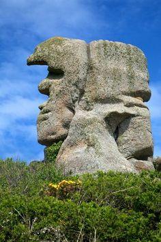 Cote de granit rose - le père Trebeurden Ça ressemble un peu à un visage