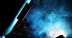Procedimientos de inspección de soldadura. La soldadura es la práctica de unir dos materiales, derritiendo el material al punto que deseas unirlos y formando un objeto cuando los materiales fundidos se enfrían. Los materiales que se sueldan son generalmente metálicos o termoplásticos. Las soldaduras deben ser inspeccionadas para determinar si son satisfactorios y si resisten a la presión. ...