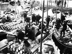 1930 Oulun syysmarkkinat, ihmiset ostivat silakkaa ja rinkeleitä.