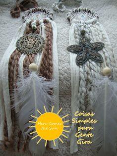 Caçadores de sonhos com aro de madeira escura, trapilho crú e aplicações de lã castanha ou branca. Com medalhões tipo mandalas em bronze patinado. Janeiro de 2016