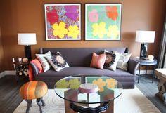 Salón chocolate con cuadros de flores