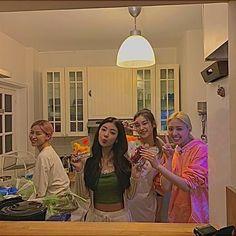 Kpop Girl Groups, Kpop Girls, Besties, Cool Girl, My Girl, Korean Best Friends, Kim Jisoo, Black Pink Kpop, Friend Photos