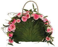 The most trendy thing for the modern bride- a floral purse in stead of the traditional bouquet. The designs are unique to each bride or bridesmaids. Art Floral, Deco Floral, Floral Bags, Floral Design, Floral Purses, Flower Bag, Flower Boxes, Modern Flower Arrangements, Fairy Clothes