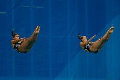 Tania Cagnotto y Francesca Dallape de Italia, durante su rutina de nado sincronizado. (Foto de Clive Rose/Getty Images)