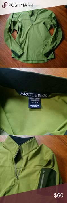Arc'teryx stretch softshell pull over Arc'teryx stretch softshell pull over in a stunning olive green. Worn twice, like new condition, except small light stain on left sleeve. This jacket is perfect for misty morning runs, climbing at the crag, or any other aerobic exercise. Softshell is super breathable in comparison to other outerwear materials. Arc'teryx offers amazing warrenty and repair service, you will have this piece for the rest of your life. Too small for me. Athletic cut, can be…