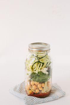 Los tarros de cristal Mason Jar además de bonitos son muy prácticos, conservan mejor los ali...