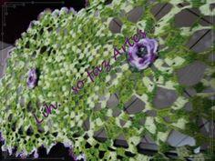 trilho de mesa com flor em croche roxa http://inovartartesanatosemeva.blogspot.com.br/2012/10/trilho-de-mesa-luxo-camila-fashion.html