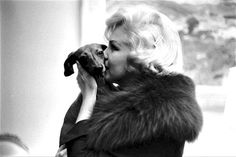 Marilyn Monroe with dachshund photographed by Paul Slade, 1959.