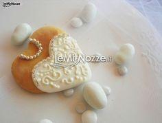 http://www.lemienozze.it/operatori-matrimonio/bomboniere/la_confettata/media  Biscotto a forma di cuore per le nozze. Romantica idea per il matrimonio.