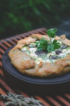 This tart can be eaten any time of the day, even cold. Cheese Tarts, Goat Cheese, Tart Recipes, Pudding Recipes, Roasted Chicken, Baked Chicken, Savory Tart, Savoury Pies, Chicken With Prosciutto
