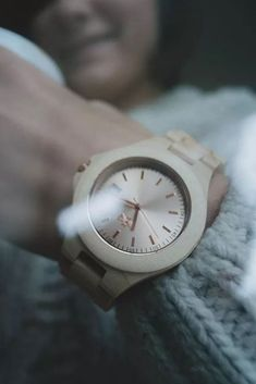 A beautiful wooden watch to simply make you look unique! Wooden Watch, Women's Accessories, Gifts For Her, Make It Yourself, Watches, Unique, Womens Fashion, Handmade, Beautiful