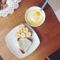 Dagens første måltid skal nydes i solen på min altan efter cardio og ryg/biceps træning. Proteinboller fra Lidl og skyr m. Fun one  #breakfast #postworkout #workout #fitness #cardio #intermittentfasting #proteinbread #skyr #peanutbutter #healthy #food #fitfood #fitfam #fitfamdk #summer #Padgram
