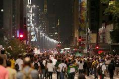 São Paulo - Hackers de grupos como Anonymous, AnonCyber e CyberGhost realizaram uma série de invasões e ataques de negação de serviço contra sites públicos e perfis de autoridades nas redes sociais. A ação acontece em solidariedade às manifestações de rua realizadas em várias cidades do Brasil na noite de segunda-feira (10).