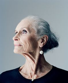 """83 year old model Daphne Selfe, """"I've never had anything done to my face,"""" she told the Daily Mail. 'Not that poison, not a face-lift. I think it's a waste of money."""" She's beautiful as is. GOOD EXAMPLE TO ALL DAPHNE! Beautiful Old Woman, Beautiful People, Beautiful Models, Pretty Woman, Daphne Selfe, 3 4 Face, Old Faces, Older Models, Advanced Style"""