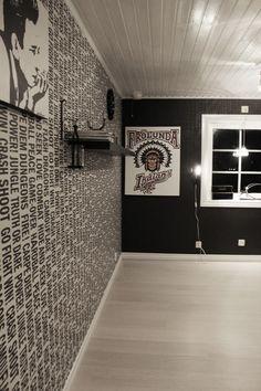 svart och vitt rum, svarta tapeter, måla fönster vita, frölunda indians, tavla, vitt golv, vit parkett, tarkett cotton white, plankgolv, måla taket vitt, Rum, Rome