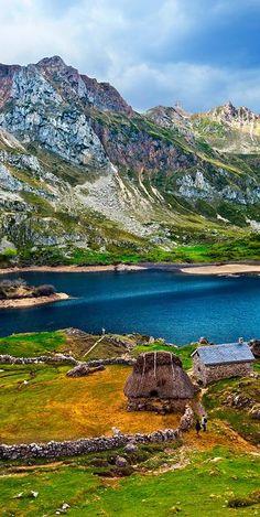 Parque Natural de Somiedo, en #Asturias, difícil encontrar un lugar más bonito para pensar en una escapada de #otoño. #viajes #escapadas #travel #viajar #lagos #montañas #paisajes #colores