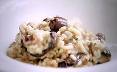 Receita de risoto de cogumelos do chef Jamie Oliver. Fiz, ficou incrível! Usei vários cogumelos misturados, todos frescos (paris, shimeji, shitaque...) , menos o porcini. Aliás, nunca deu errado nenhuma receita dele que eu fiz, acho impressionante como ele simplifica as coisas. O que facilita minha vida né? Já que eu não sou nenhuma chef, quando mais simples e certeira, melhor é a receita!