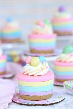 Here's a super cute and easy Easter dessert! No-bake mini cheesecakes in pastel colors, perfect for serving after Easter dinner. Top with an Easter egg candy for the perfect finishing touch! Mini Desserts, Easy Easter Desserts, Easter Dinner Recipes, Easter Brunch, Easter Treats, Easter Party, Delicious Desserts, Beste Desserts, Easter Gift