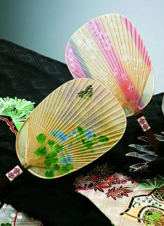 Japanese paper water fan, Mizu-uchiwa: dipping in water and enjoy a splash while fanning.